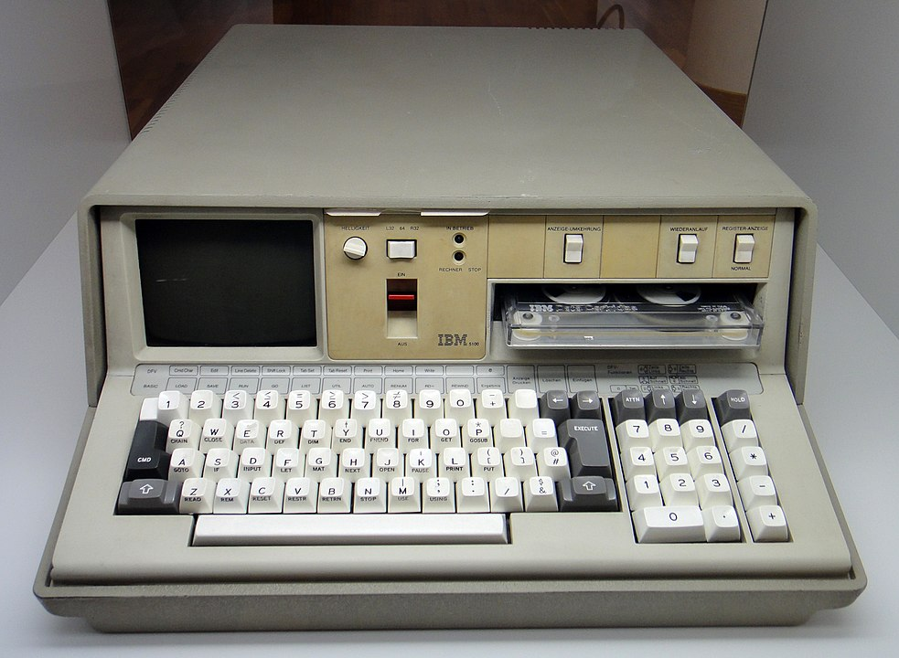 IBM 5100 / By Sandstein - Praca własna, CC BY-SA 3.0, https://commons.wikimedia.org/w/index.php?curid=16332671
