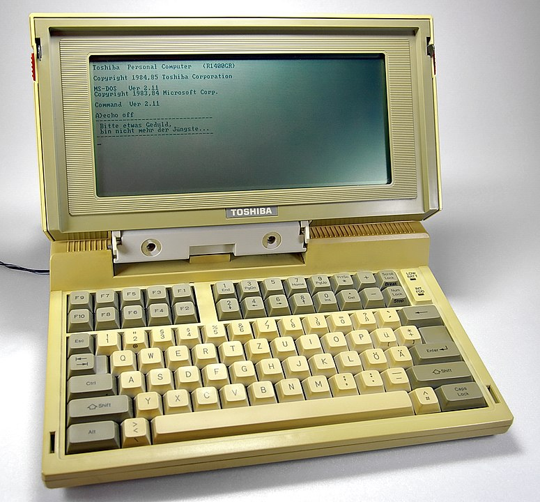 Toshiba T1100 / By Johann H. Addicks - own photo, deriving from Gallery, CC BY-SA 3.0, https://commons.wikimedia.org/w/index.php?curid=1254296